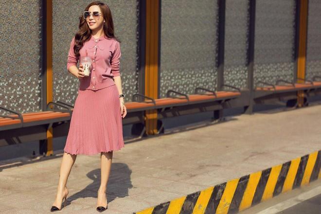 a khoi mai dieu linh khoe street style cuc ky tre trung va cuon hut - 1
