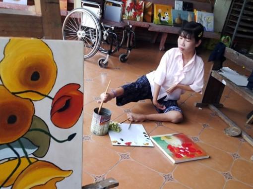 Người phụ nữ vẽ tranh bằng chân