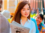 Cô gái bán báo dạo trong kỳ thi ĐH ở Sài Gòn gây xôn xao