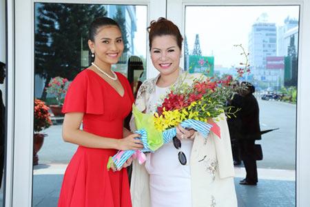 Rạng rỡ Hoa hậu Quý bà 2014 ngày trở về VN