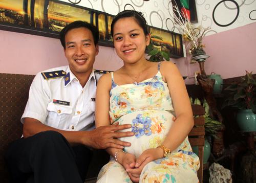 Vợ cảnh sát biển: 'Hãy nhắn rằng mẹ con tôi rất tự hào về anh'