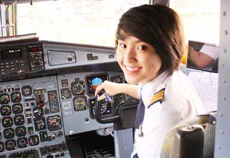 Nữ phi công trẻ nhất Việt Nam kể về việc chọn nghề