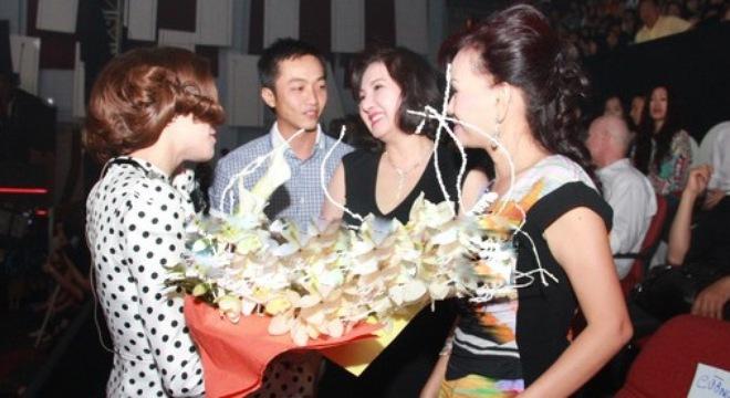 Mẹ chồng đại gia của Hà Hồ kiếm cả chục tỷ đồng chỉ trong 1 ngày