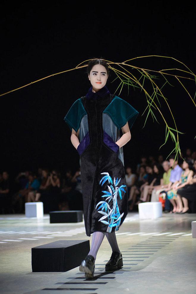 Người mẫu ngậm tre trong show Couture của Minh Hạnh