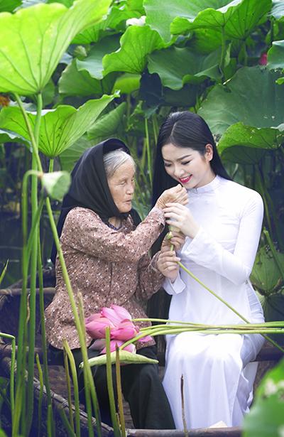 Hoa hậu Ngọc Anh đẹp tinh khôi với hoa sen