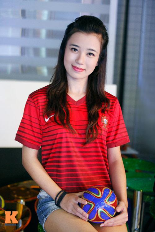 Rạng ngời như thiếu nữ Việt mê bóng đá