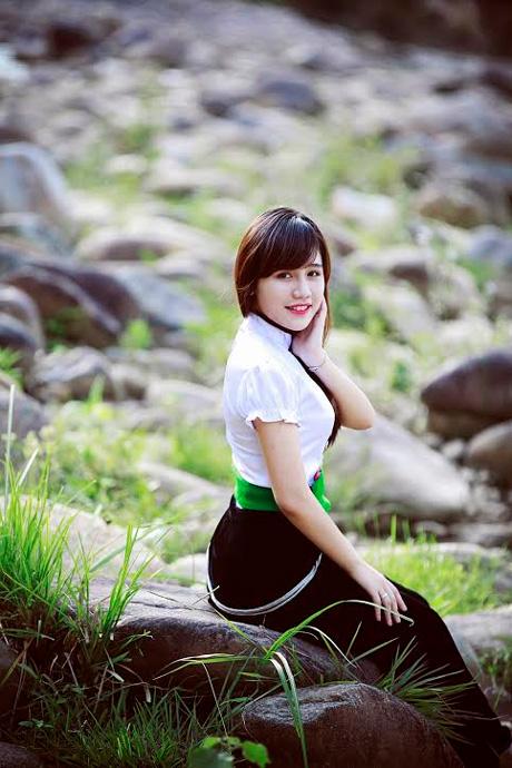 Nữ sinh 9X dân tộc Thái rạng rỡ bên dòng suối