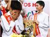 Hoa hậu H'Hen Niê nhiều lần ôm mặt khóc nức nở vì thương các mẹ, các em ở làng trẻ