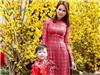 Con dâu tỷ phú Hoàng Kiều cùng con trai xuống phố ngày xuân