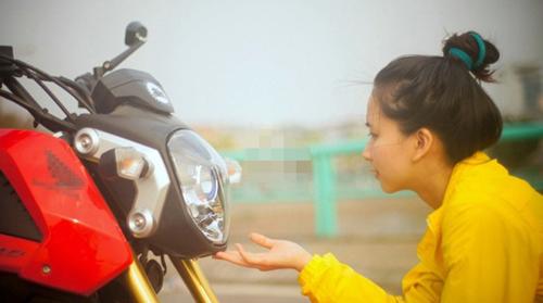 Nữ sinh Ngoại thương xinh đẹp đam mê xe côn tay