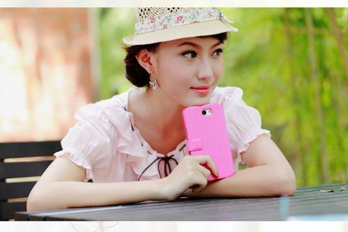 Thiếu nữ xinh như búp bê khoe smartphone hồng