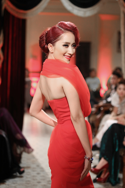 Khánh Thi đỏ rực với thiết kế của Tăng Thành Công