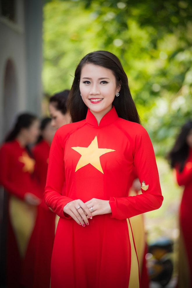 Người đẹp Việt rạng rỡ với áo dài đỏ sao vàng