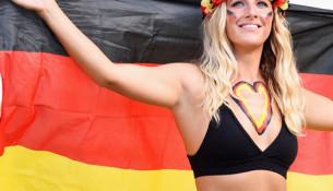 """Những chiếc nội y """"ướt át"""" trên khán đài World Cup"""