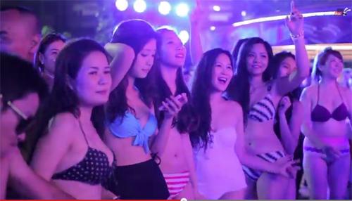Bữa tiệc bikini lớn nhất của hot girl Hà thành